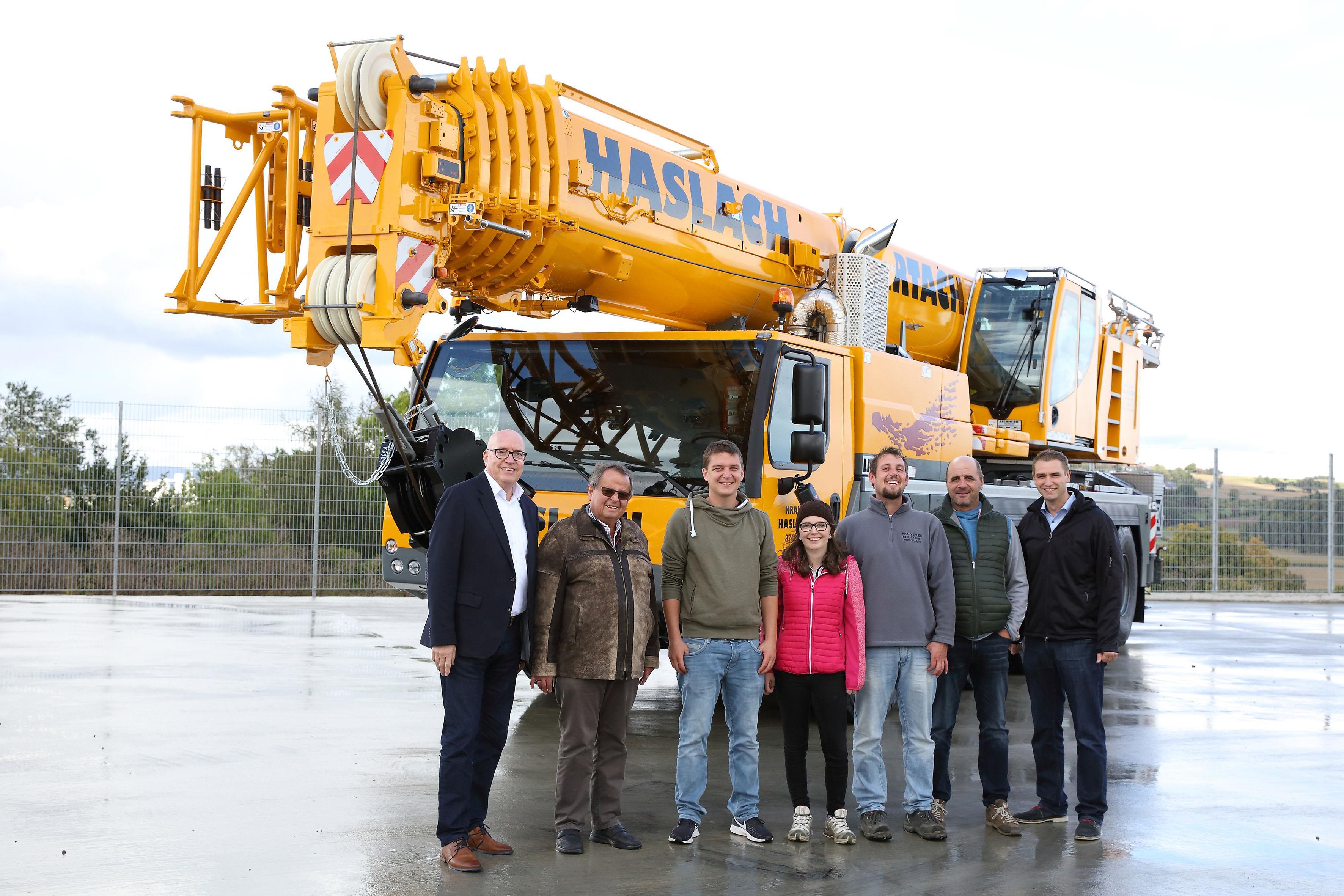 From left to right: Wolfgang Sailer (Liebherr-Werk Ehingen); Eugen Haslach, Roland Haslach, Steffi Keck, Tobias Haslach, Gerhard Hengge (all from Haslach GmbH); and Florian Meier (Liebherr-Werk Ehingen).