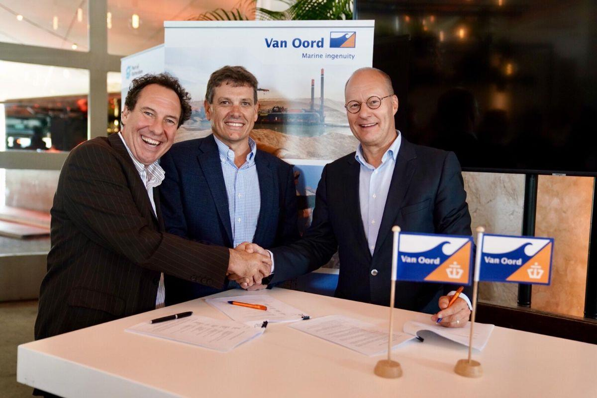 Jacques Stoof of Mammoet (left), Trevor Bourne of Verton (middle) and Paul Verheulof,Van Oord (right)..