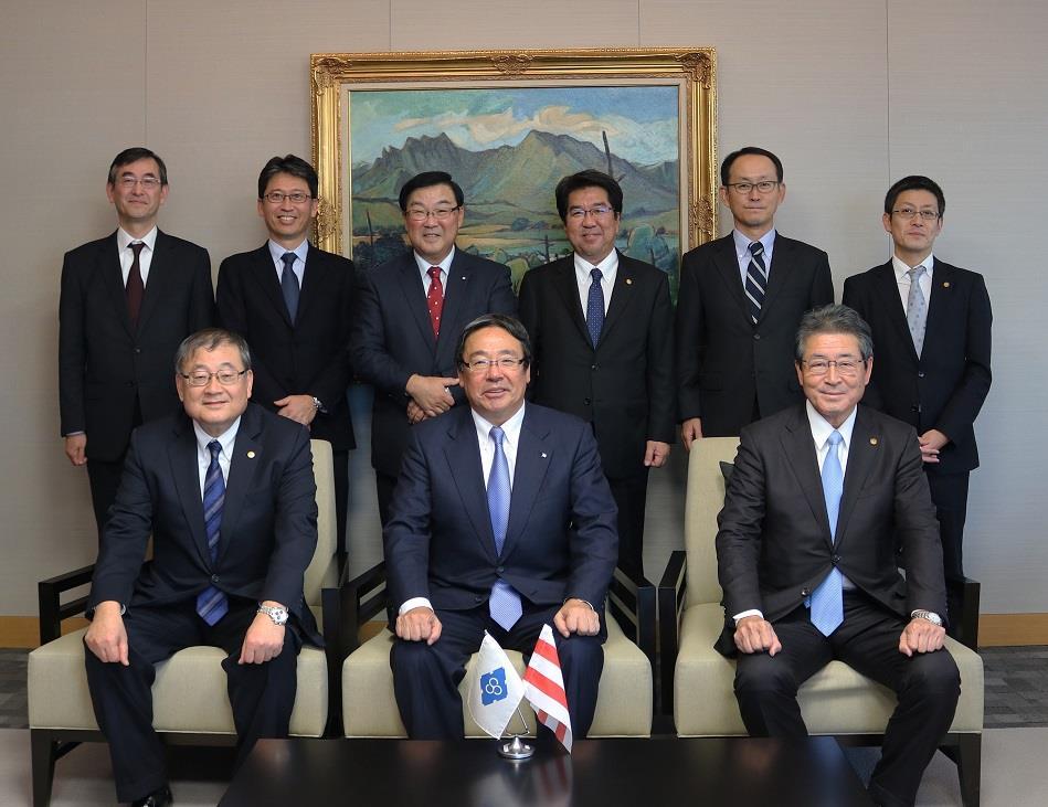 Front row, from left: Yoji Morimoto, president of Shin Kurushima Toyohashi Shipbuilding; Hitoshi Nagasawa, NYK president; and Tetsushi Soga, president of Shin Kurushima Dockyard.