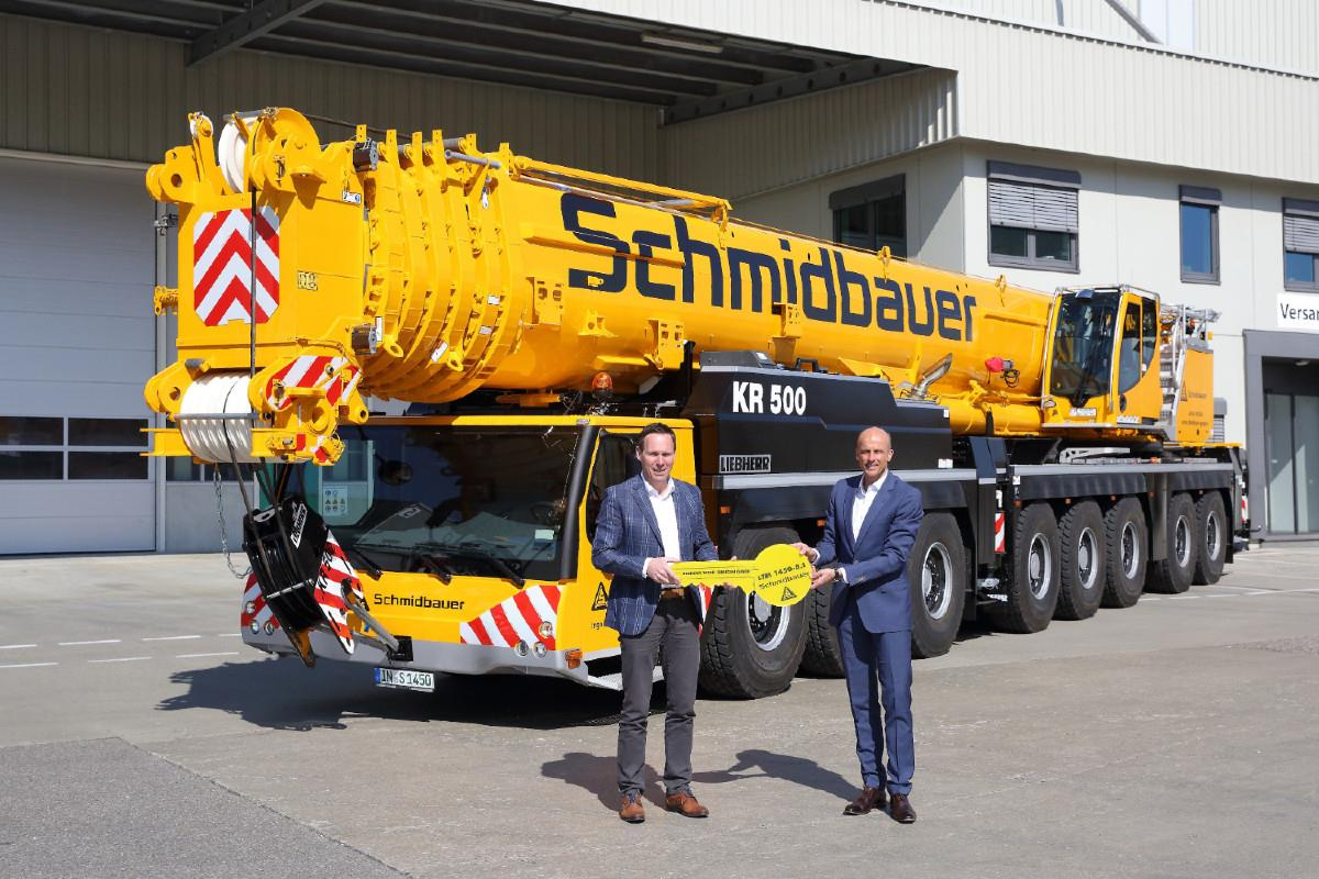 From left to right: Dieter Walz (Liebherr), Werner Schmidbauer (Schmidbauer) Schmidbauer boosts fleet with Liebherr